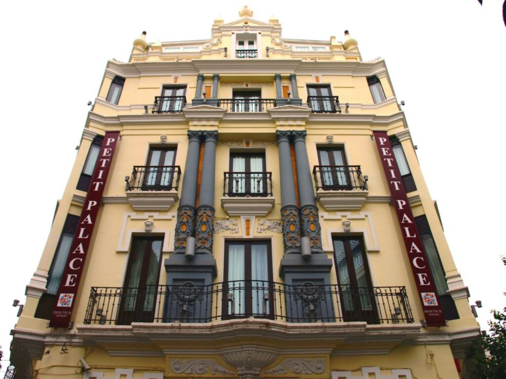 Se Necesita Ayudante de Camarero/a para Petit Palace Hoteles para Buffet - Desayunos en Sevilla